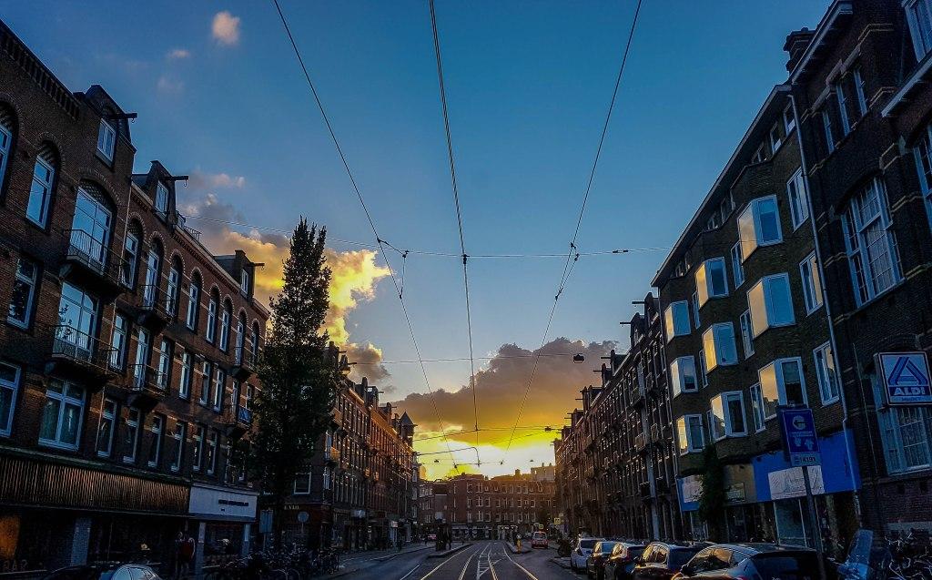 Ulice Amsterdamskog kvarta zapad za vrijeme izlaska sunca u Nizozemskoj