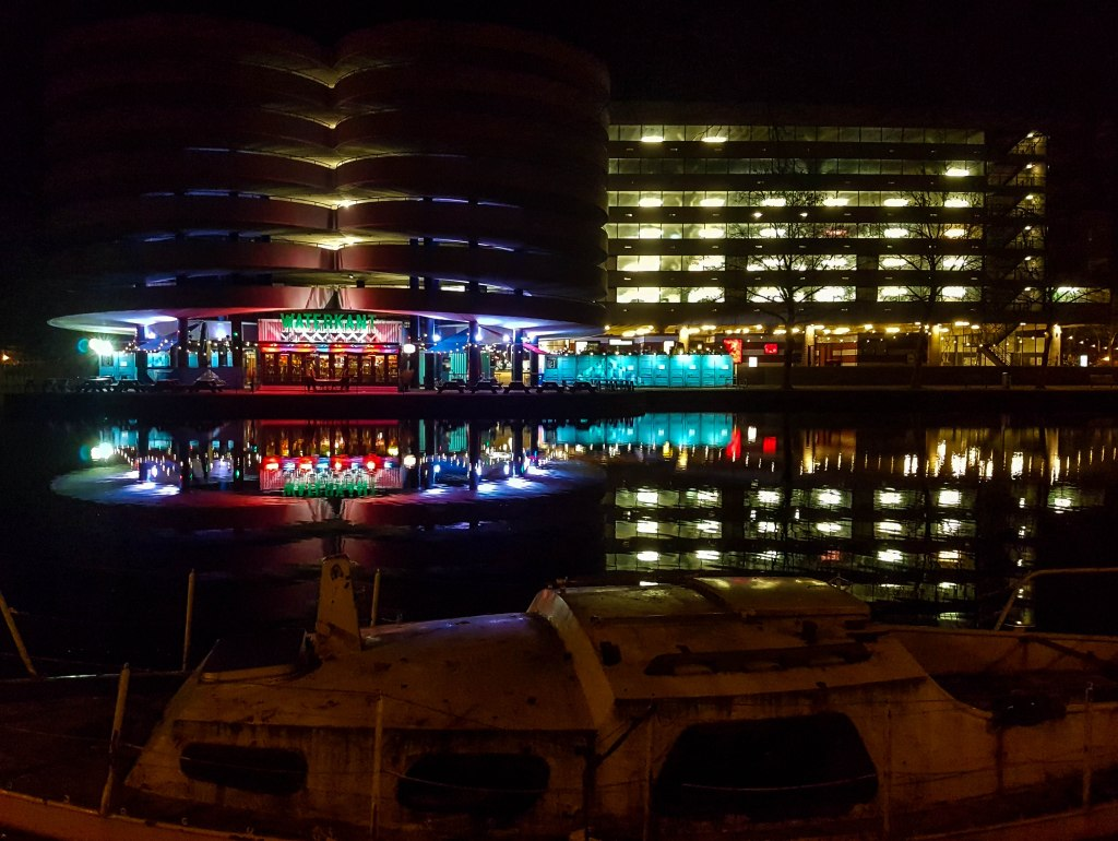 Waterkant during the night in Amstedam city