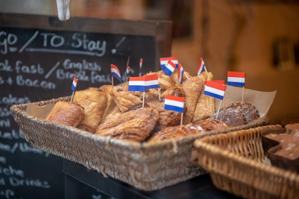 Small Ducth flags on pastries