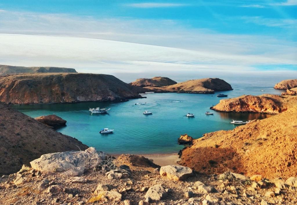 Prekrasna priroda, plavo more i planine u državi Oman
