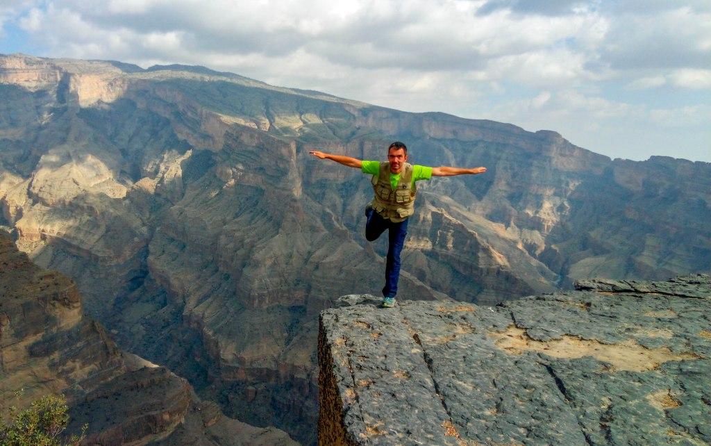 Imoresivni Balcony Walk u Omanu i covjek koji stoji na rubu